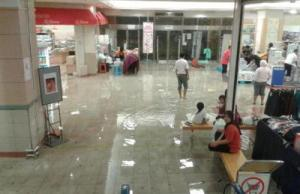 Massive clean-up: Workers at a fast-food joint near IOI Mall, Puchong cleaning up the mess caused by the flashfloods.(The Star)