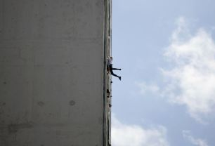 """Alain Robert of France, who is known as """"Spiderman"""", climbs the Habana Libre hotel in Havana February 4, 2013. Robert, who scales buildings all over the world without safety equipment, successfully climbed the hotel which is 126 metres (413 feet) high. REUTERS/Desmond Boylan"""