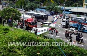 KEADAAN pesawat ringan milik Akademi Penerbangan Malaysia terhempas di lereng bukit berdekatan Apartmen Cheng Height dan Lebuh AMJ, Melaka hari ini. Bagaimanapun, juruterbangnya terselamat.Artikel Penuh: http://www.utusan.com.my/utusan/Dalam_Negeri/20130207/dn_25/Pelatih-penerbangan-cedera-pesawat-ringan-terhempas#ixzz2KDEyq6Mb © Utusan Melayu (M) Bhd