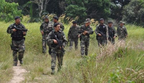 Army personnel carrying out their mopping-up operations against armed intruders in Kg Tanduo in Lahad Datu. - 7 March, 2013