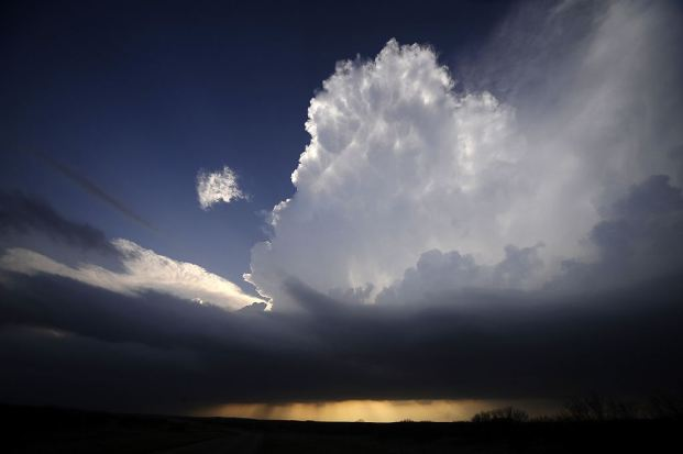 A supercell storm west of Newcastle, Texas tries to build up strength April 9, 2013. Many of the storms in Tornado Alley that were forecast to be severe this week were taken out by a cold front from Canada. Picture taken April 9, 2013. REUTERS/Gene Blevins (UNITED STATES - Tags: ENVIRONMENT)