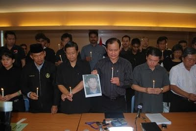 PAS YB Nizar Jamaluddin and another Malay man took part in the Teoh Beng Hock Christian candle light vigil. Image from ( http://anakbukitgantang.blogspot.com/2013/04/benarkan-pas-pakatan-memperjuangkan.html )