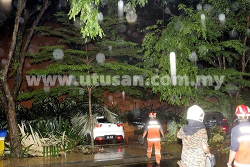 KUALA LUMPUR 7 MEI 2013 - Kejadian tanah runtuh melibatkan 7 buah kereta di Bukit Nenas, Kuala Lumpur di sini hari ini. Gambar Digital: Nasirruddin Yazid / Pemberita: Ilah / Farhana (JENAYAH/KOSMO)