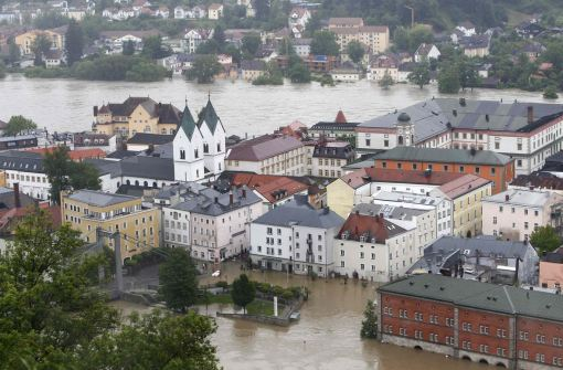 A general overview shows the flooded centre of the Bavarian town of Passau, about 200 km (125 miles) northeast of Munich June 3, 2013. Following heavy rain and thaw, the Inn and Donau rivers are expected to rise to over 11 meters. REUTERS/Michaela Rehle (GERMANY - Tags: DISASTER SOCIETY ENVIRONMENT)