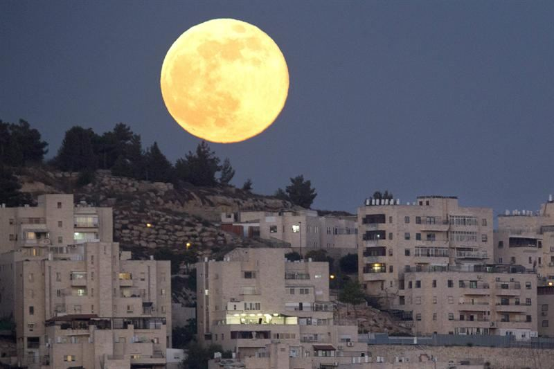 JER03. Har El (Israel), 23/06/2013.- A full moon in the 'Perigee' phase rises over the Jerusalem neighborhood of Har El, 23 June 2013. The moon on 23 June evening will be at its closest distance to Earth, a constellation also known as 'supermoon,' in which the earth's trabant appears between 12 to 14 per cent larger and according to scientific sources also about 30 percent brighter than the normal full moon. EFE/EPA/JIM HOLLANDER