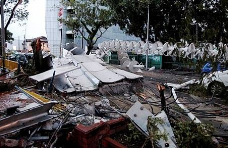 A 20-tonne concrete slab and a lightning arrester pole on top a 21-storey building collapsed and crashed on several vehicles along Jalan Macalister following a thunderstorm this evening. -- Pix by Ramdzan Masiam/New Straits Times