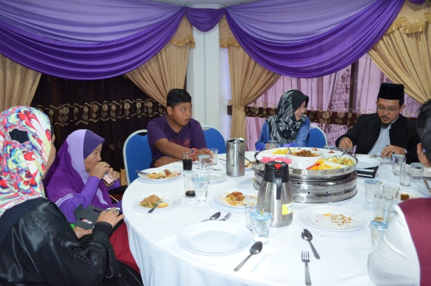 From Left: Aunty Liza, Mat Som, _____, Asmahan Ahmad, Dr. Yusri Mohammad