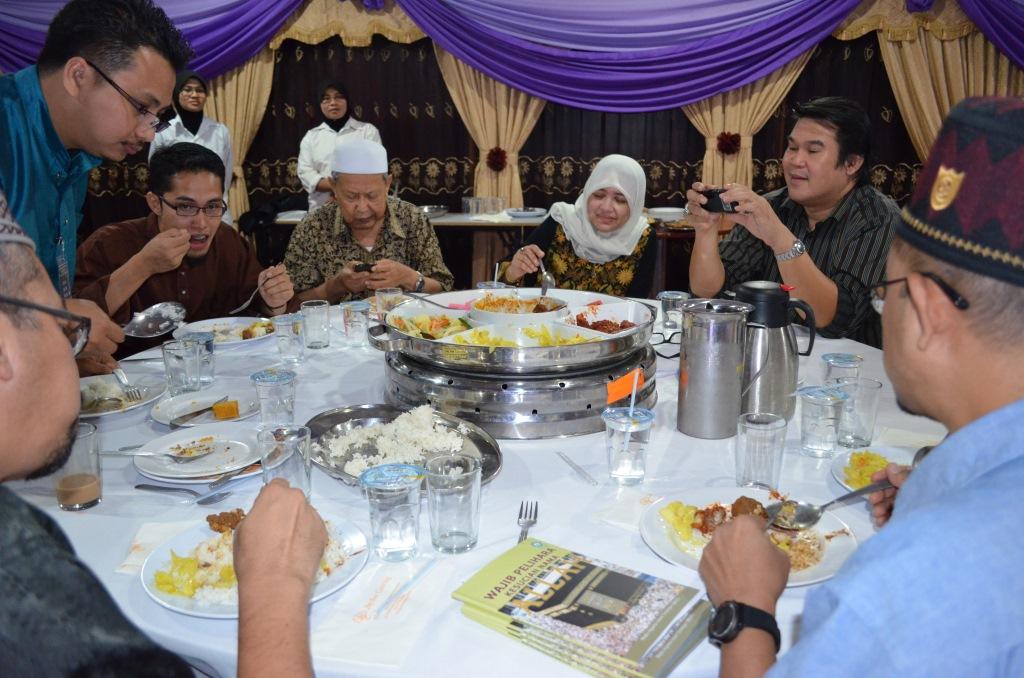 From Left: Uncle Mahmud, Uncle Anuar, Abang Razak. Atuk Mansor, Aunty Zaharah Sulaiman, __________, Uncle YB Zulkifli bin Noordin