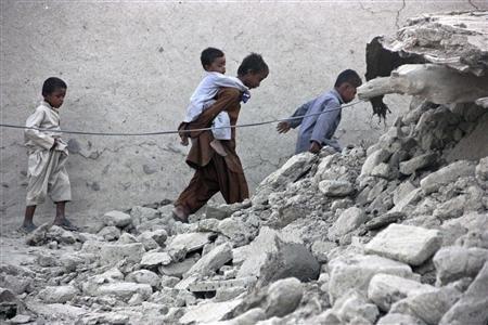 People walk on an island that rose from the sea following an earthquake, off Pakistan's Gwadar coastline in the Arabian Sea September 25, 2013. (REUTERS)