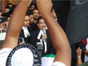 Barisan peguam memberi penerangan kepada orang ramai mengenai apa yang berlaku di dalam mahkamah hari ini.