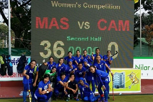 The Malaysian women's hockey team standing next to the board showing the final score of their match against Cambodia - 36-0. It is a new world record from the Malaysian girls. - Bernama Photo