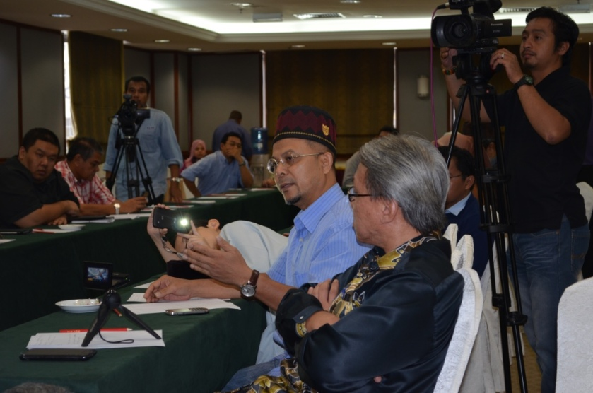Uncle Zul sharing ideas with the Muslim UPRO committee members.