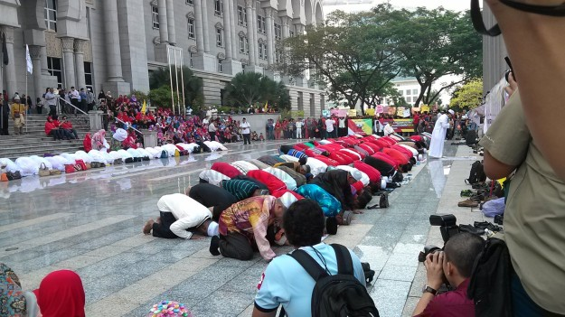 Solat hajat at the Palace of Justice in Putrajaya, March 5, 2014.
