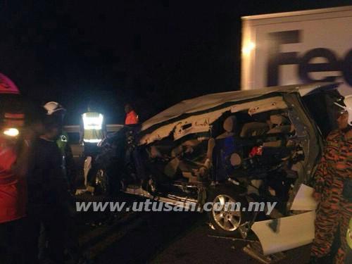 TAPAH 17 April - Kenderaan pelbagai guna (MPV) Toyota Alphard yang dinaiki Ahli Parlimen Bukit Gelugor, Karpal Singh rosak teruk setelah merempuh belakang sebuah lori di kilometer 301.5 Lebuh Raya Utara Selatan awal pagi ini - Utusan.