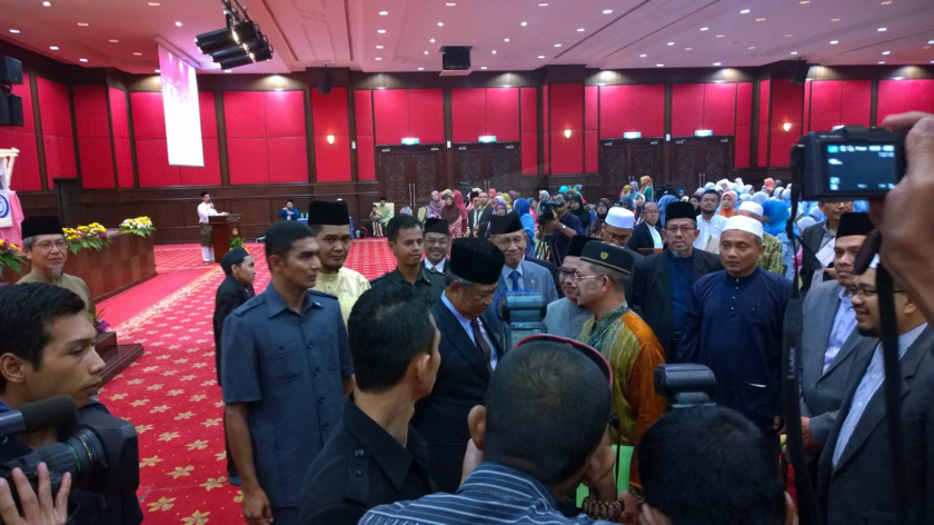 Tan Sri Muhyiddin Yassin heading towards the dining hall.