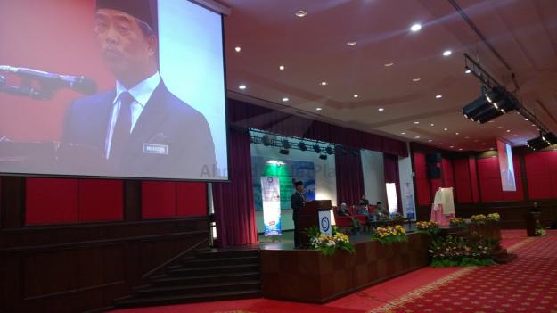 Tan Sri Muhyiddin Yassin giving the officiating the seminar.