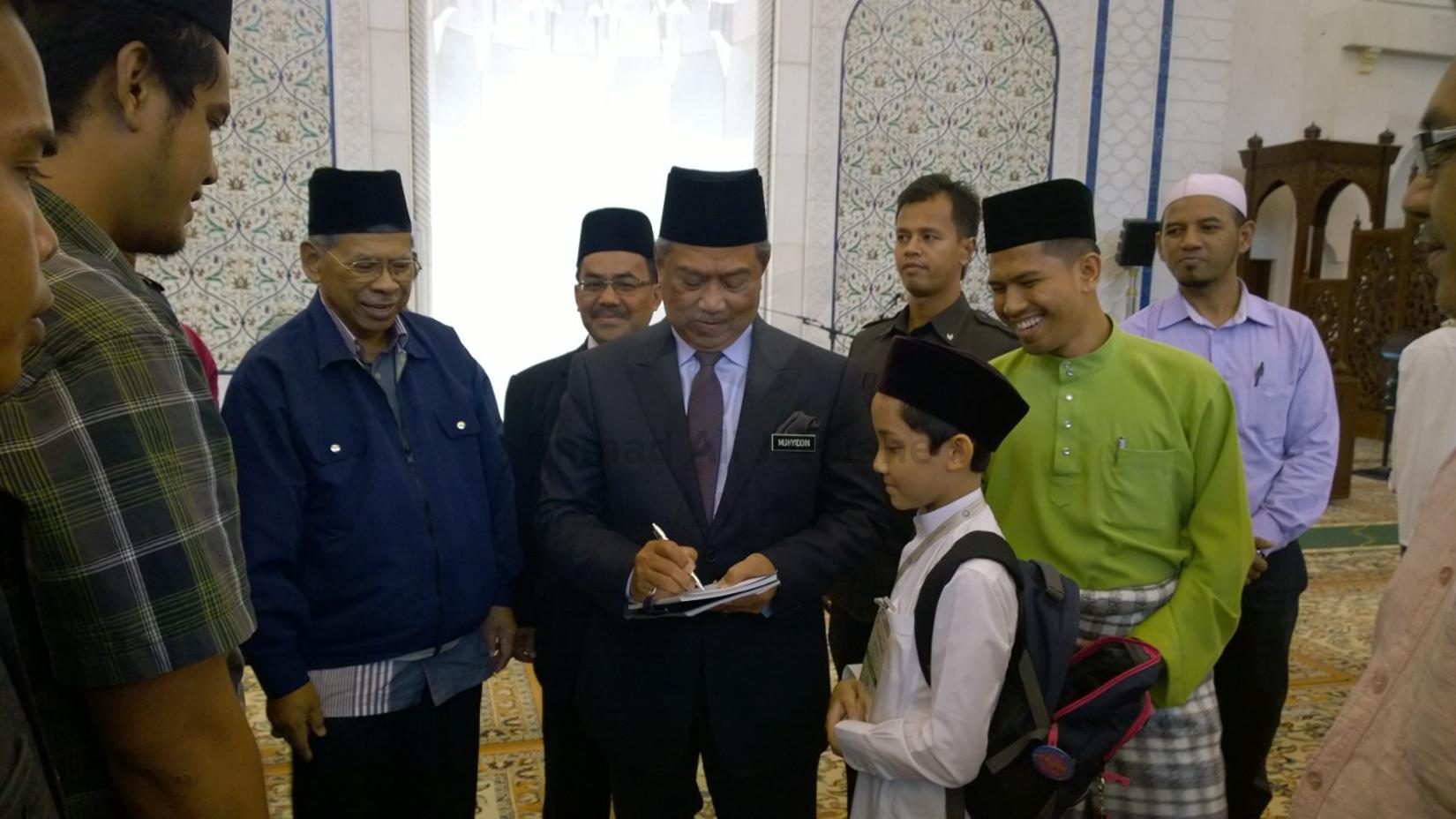 Tan Sri Muhyiddin Yassin signing my autograph.