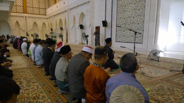 Tan Sri Muhyiddin Yassin reciting doa after leading the Asar prayer.