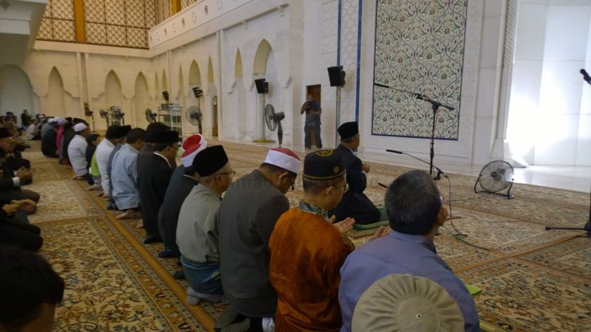 Tan Sri Muhyiddin Yassin reciting doa after leading the Asar prayer.