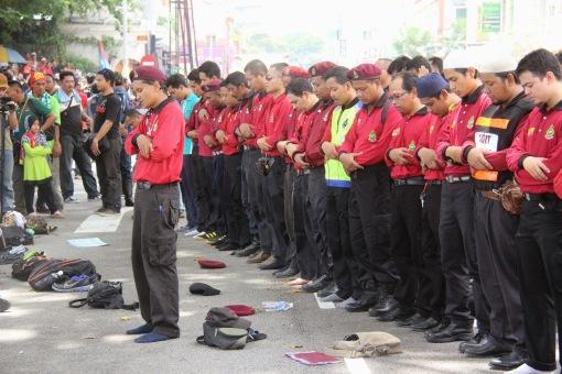 Mereka solat ditengah jalanraya. Image aku-tak-peduli.blogspot.