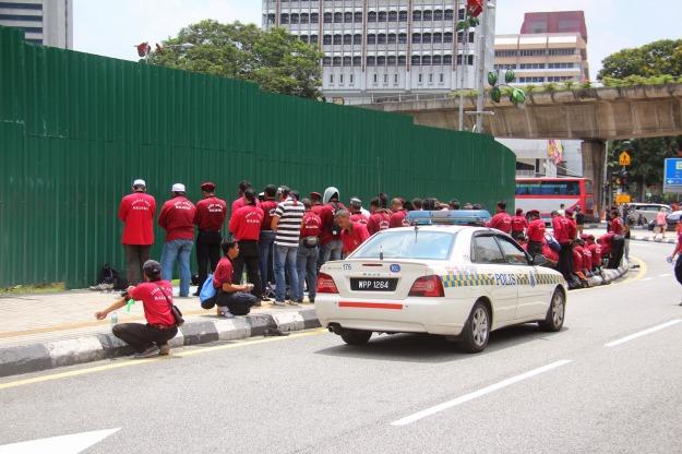 Anggota UnitbAmal PAS terpaksa solat ditepi jalan. Image aku-tak-peduli.blogspot