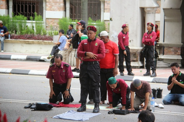 Mereka pun solat ditengah jalan. Image aku-tak-peduli.blogspot.