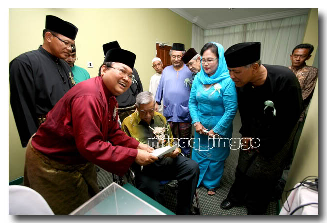 At a PERKASA event, October 21, 2008. The lady in blue is the mother of the DAP's candidate foe Teluk Intan's by-election, HajahYam@Yammy Abdul Samat together with Dato' Ibrahim Ali (R).