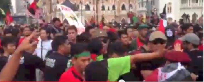 PAS's Unit Amal and PKR's SAMM fighting among themselves. Image credit to pecahpalakmikir.blogspot.com/.