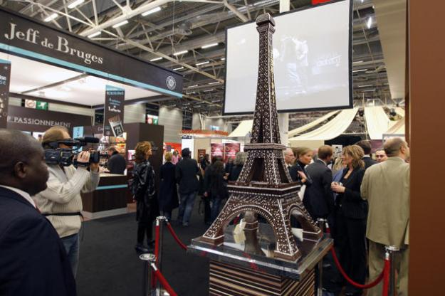 FRANCE: A chocolate model of the Eiffel Tower is displayed at the 14th Salon du Chocolat (Paris Chocolate Show) in Paris October 28, 2008. (REUTERS/Benoit Tessier)