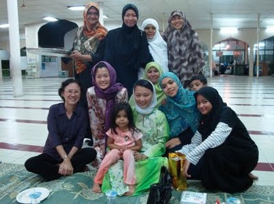 DAP's Hannah Yeoh also visits lots of suraus and mosques.  Photo credit Helen Ang's blog.