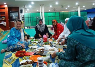 DAP's Hannah Yeoh also visits lots of suraus and mosques.  Photo credit Helen Ang's blog.