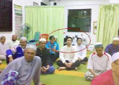 PKR's  Gopeng MP, PKR's Simpang Pulai Adun and PKR's Teja Adun in a surau listening to tazkirah?
