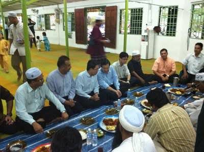 DAP's Lim Guan Eng in the masjid. Photo credit Helen Ang's blog.