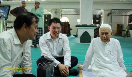 DAP Beruas MP James Ngeh Koo Ham and evangelista DAP Taiping MP David Nga Kor Ming in masjid with PAS's Nik Aziz. Photo credit Helen Ang's blog.