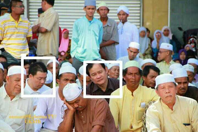 DAP's Ngeh dand Nga DAP in another surau.  Photo credit Helen Ang's blog.