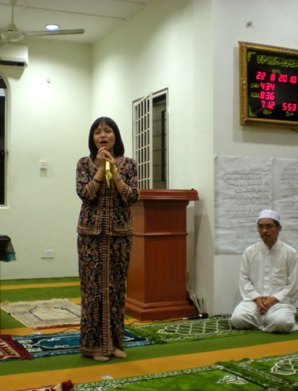DAP's Serdang MP Teo Nie Ching giving 'tazkirah'? Photo credit Helen Ang's blog.