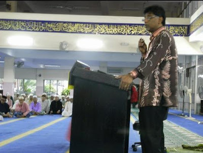 PKR's Seri Andalas Xavier Jayakumar A/L Arulanandam also giving political 'tazkirah' in a mosque.  Photo credit Helen Ang's blog.