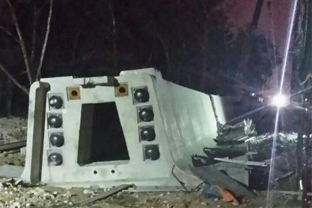 A picture of the fallen beam tweeted by the Fire and Rescue Department (@bombaJBPM).