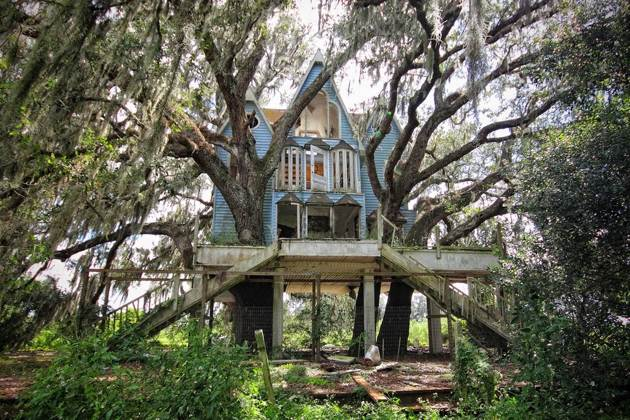 Victorian-style tree house, Florida, USA. [ANNA I]