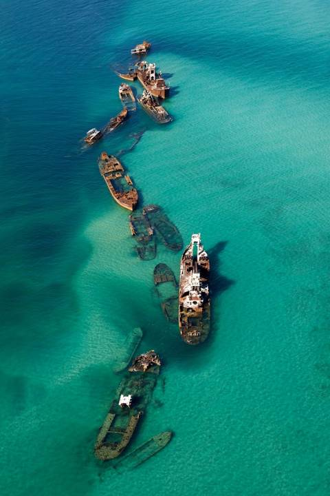 Shipwrecks in a sandbar, Bermuda Triangle. [moroz2000.livejournal.com]