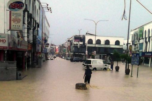 Streets flooded near Kajang market. (The Star)