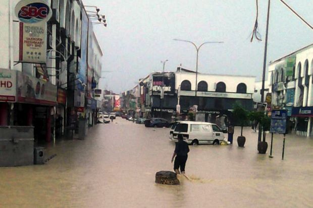 Streets flooded near Kajang market. (The Star)