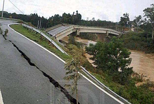 Struktur Jambatan Aur Gading runtuh dan berlaku mendapan laluan berdekatan tebing Sungai Tanum berikutan banjir besar melanda daerah Lipis. – Utusan/HARIS FADILAH AHMAD (Photo credit to Utusan Online)