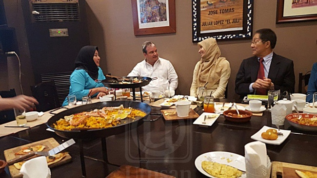 Nurul Izzah (3rd from left) was talking to a man and a mysterious lady in blue (left) at the dinning table.