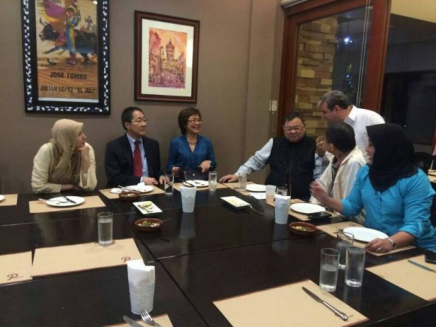 What an odd meeting when Nurul Izzah (left) was not introduced to the other people at the meeting table.