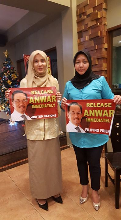 Anwar Ibrahim's supporters. But Nurul Izzah (left) had no idea of who was the lady in blue.