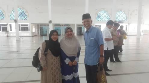 Tan Sri Shahrir Samad (right) with my mother (left) and Nor Hafiza Khalid, director of the Jabatan Latihan dan Pembangunan (center)
