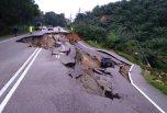 Jalan runtuh itu adalah jalan utama melibatkan kedalaman cerun 15 meter dengan keluasan 70 meter. Gambar diambil daripada Astro Awani