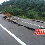 Laluan Jemaluang-Mersing ditutup sepenuhnya daripada kenderaan ringan dan berat selepas tanah runtuh sepanjang kira-kira 70 meter. Gambar diambil daripada Sinar Harian