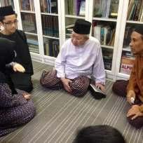 Ibu saya (kiri) sedang bercakap dengan Tengku Razaleigh yang merupakan kawan baik kepada atuk saya semasa mereka belajar di England dahulu. (Gambar ihsan Tuan Rashidi Haris)